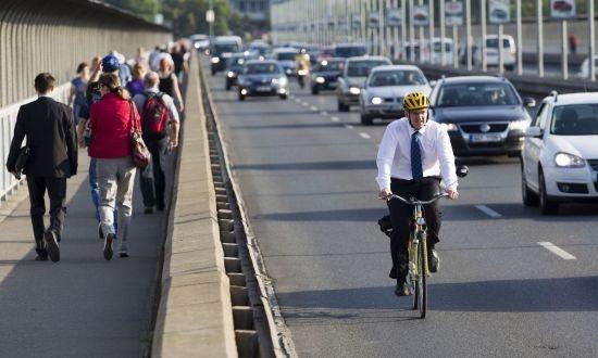 """Nejlepší fotografie z celého dne - """"cyklista v obleku"""" se nevidí každý den"""